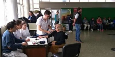 Estudiantes de Tecnicatura en Enfermería tomaron la presión arterial a vecinos en los bancos